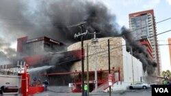 Columnas de humo se pueden ver en el hotel Casino Royale en Monterrey, mientras los bomberos luchaban contra las llamas.