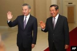 中國外長王毅和柬埔寨首相洪森在金邊舉行會晤。(2020年10月12日)