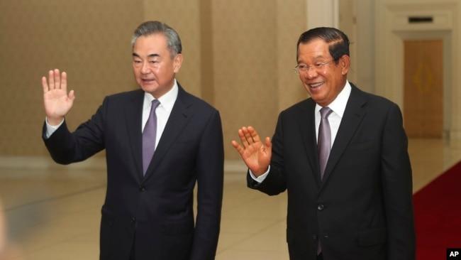 中国外长王毅和柬埔寨首相洪森在金边举行会晤(美联社2020年10月12日)