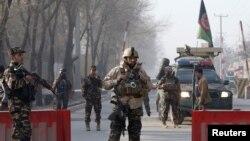 阿富汗安全部隊在喀布爾阿富汗情報機構附近一個檢查站巡邏。(2017年12月25日)