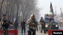 Lục lượng an ninh Afghanistan canh gác chốt kiểm soát gần trụ sở Cơ quan Tình báo Quốc gia Afghanistan ở Kabul, Afghanistan, ngày 25/12/2017. REUTERS/Omar Sobhani