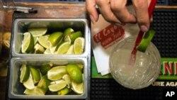 Una aguda escasez y altos precios de los limones verdes en Estados Unidos es debida en gran parte al narcotráfico de los cárteles mexicanos.