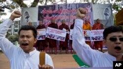 Tu sĩ Phật giáo Myanmar hô khẩu hiệu trong một cuộc biểu tình phản đối chống lại phán quyết tuyên án tử hình hai lao động nhập cư Myanmar tại một tòa án Thái Lan, Yangon, Myanmar, ngày 29/12/2015.