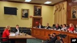 克林顿国务卿(左)在国会作证