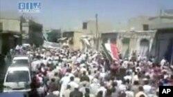 抗議的人群星期五聚集在敘利亞的哈馬。