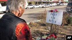 Seorang warga AS, Laura Spaeth memanjatkan doa di sebuah tempat peringatan bagi Kayla Mueller di kota Prescott, Arizona, Selasa (10/2).