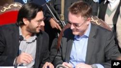 شاہد آفریدی اقوام متحدہ کے عہدیدار کے ساتھ دستاویزات پر دستخط کررہے ہیں