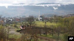 보스니아 북서부 사니카 마을에 발생한 직경 50미터 크기의 대형 싱크홀.