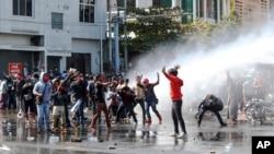 Policija koristi vodeni top da rastera demonstrante u Mandaleju, 9. februara 2021.