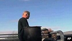 贝兹在卡车上安装了特殊的木材燃炉,用管线和引擎连在一起