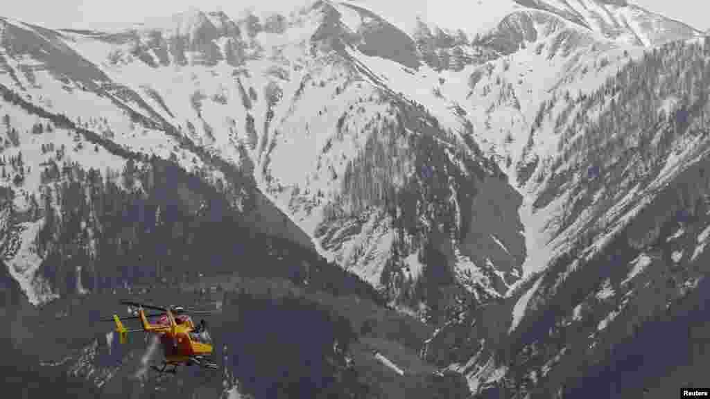 Trực thăng cứu hộ bay về phía dãy núi Alps của Pháp, nơi chiếc máy bay Airbus của hãng Germanwings bị rơi, ngày 24/3/2015.