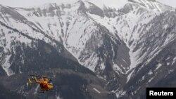 24일 독일 '저먼윙스' 여객기가 추락한 프랑스 남부 알프스 산맥 지점에 프랑스 구조 당국의 헬리콥터가 출동했다.