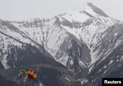 Trực thăng cứu hộ bay về phía dãy núi Alps của Pháp.