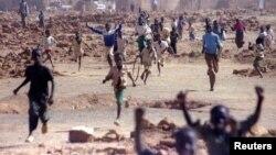 棚户区内奔跑的苏丹孩子