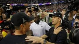 Huấn luyện viên đội San Francisco 49ers Jim Harbaugh (trái) chúc mừng người anh em của ông, Huấn luyện viên đội Baltimore Ravens John Harbaugh, ngày 3/2/2013.