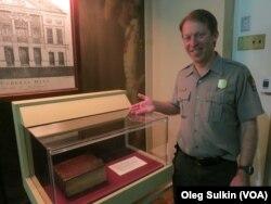 Дэниел Пребатт у стенда с президентской библией.