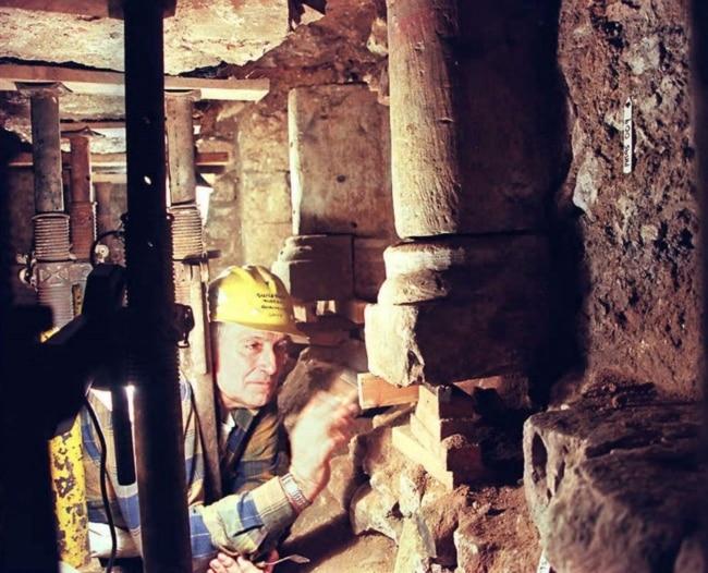 Arkeolog John Boas di sinagoga abad pertengahan yang dia temukan dan diyakini telah terkubur selama lebih dari 700 tahun, salah satu yang tertua di luar Tanah Suci, di bawah sebuah toko di Guildford, di Inggris Raya, 19 Januari 1996. (GERRY PENNY / AFP