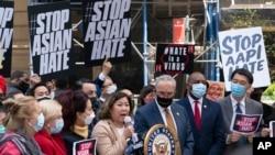 Američkoj predstavnici Grace Meng, DN.Y., u sredini, pridružio se i čelnik senatske većine Chuck Schumer DN.Y. na konferenciji za novinare o raspravi o azijsko-američkom zakonu o zločinu iz mržnje, u ponedjeljak, 19. aprila 2021. u New Yorku .