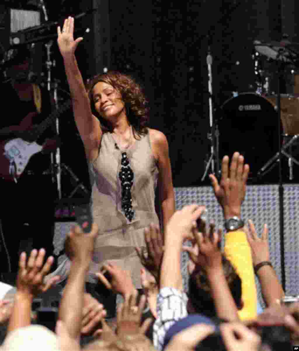"""Singer Whitney Houston performs during a taping for """"Good Morning America"""" in Central Park on Tuesday, Sept. 1, 2009 in New York. The performance will air on Wednesday. (AP Photo/Evan Agostini)"""