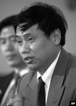 1994年5月12日,中国持不同政见者王军涛在华盛顿的新闻发布会上讨论人权问题。