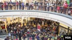 Göstericiler çoğunlukla alışveriş merkezlerinde toplanıyor