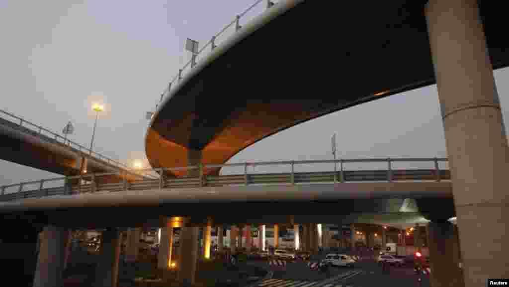 VENDREDI.Ouverture de la première école d'architecture en Côte d'Ivoire. (en photo : le pont Henri Konan Bédié à Abidjan, le 15 décembre 2014). L'Ordre national des architectes a ouvert la première école du pays. Les étudiants n'auront plus besoin d'aller à l'étranger pour apprendre le métier. LIRE L'ARTICLE ICI.
