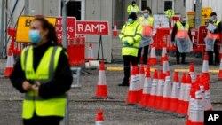 Para petugas medis di fasilitas tes Covid-19 di stadion Twickenham Rugby, di London, 29 April 2020. (Foto: AP)