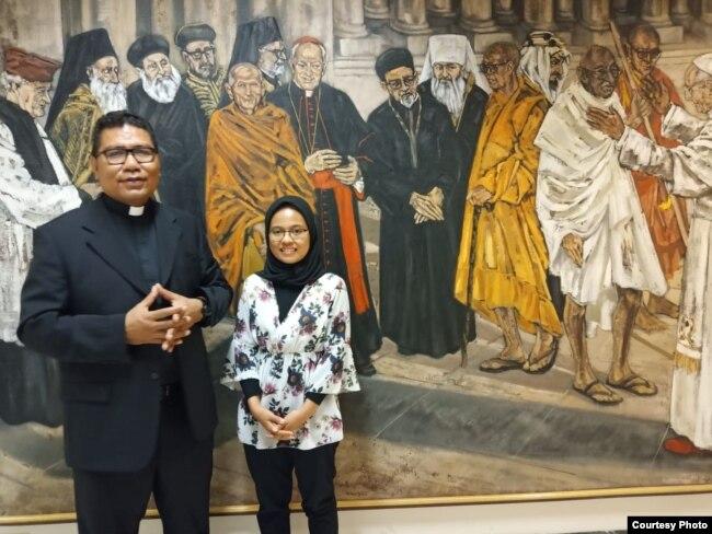 Direktur Desk Islam Asia dan Pasifik Tahta Suci Vatikan, Romo Markus Solo Kewuta, kerap membimbing Dewi selama menekuni studinya.