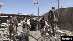 Следователи Национального управления безопасности Афганистана работают на месте теракта