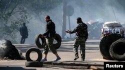 Ukraina sharqidagi Slavyansk shahrida federalizatsiya tarafdorlari, 24-aprel, 2014-yil