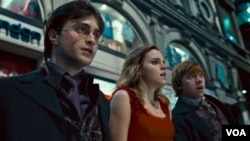 "Secuplik adegan dari ""Harry Potter and the Deathly Hallows: Part 1."" Para aktor utama, dari kiri ke kanan: Daniel Radcliffe, Emma Watson dan Rupert Grint."