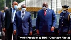 Président Félix Tshisekedi ya RDC (2e D) ayambi mokakani wa ye Botswana Dr. Mokgwetsi Eric Keabetswe Masisi na etando ya Palais de la nation, Kinshasa, RDC, 15 mars 2021. (Twitter/Présidence RDC)