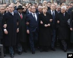 参加巴黎游行的各国领导人,左起:以色列总理内塔尼亚胡、马里总统凯塔、法国总统奥朗德、德国总理默克尔、欧盟理事会主席图斯克、巴勒斯坦权力机构主席阿巴斯