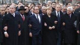 Trên 40 nhà lãnh đạo thế giáo tham gia cùng với Tổng thống Pháp Francois Hollande, nối vòng tay trong một cuộc tuần hành qua thủ đô Paris