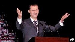 Presiden Suriah Bashar al-Assad memberikan pidato di depan umum di Damaskus yang jarang dilakukan hari Minggu (6/1).