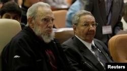 Cựu lãnh đạo Cuba Fidel Castro (trái) tham dự phiên khai mạc của Quốc hội bên cạnh người em, Chủ tịch Cuba Raul Castro, tại Havana, ngày 24/2/2013.