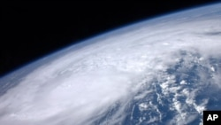 """美国宇航局卫星图片显示热带风暴""""艾琳""""途径"""