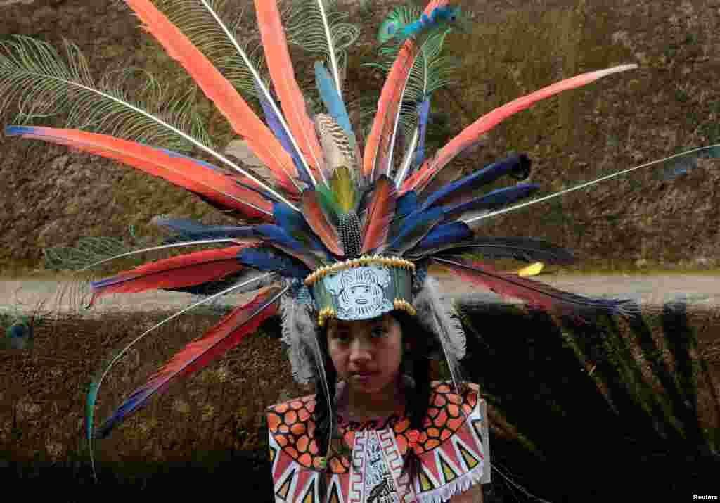 کودک دبستانی در لباس سنتی سرخپوستان بومی نیکاراگوئه در روز ملی مقاومت بومیان در این کشور