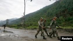 인도 북동부 아루나찰프라데시 주에서 인도 군인들이 중국과의 국경 분쟁 지역 주변 도로를 순찰하고 있다. (자료사진)
