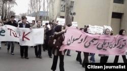 """Tehran Universitetində üzərində """"Türkün dili rəsmi olsun"""" şüarı yazılmış plakat - Fevral 2007"""