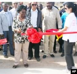 A governadora do Namibe Cândida Celeste da Silva, durante a inauguração da ponte sobre o Rio Munhino