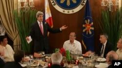 Američki državni sekretar tokom posete Filipinima, 17. decembar 2013.