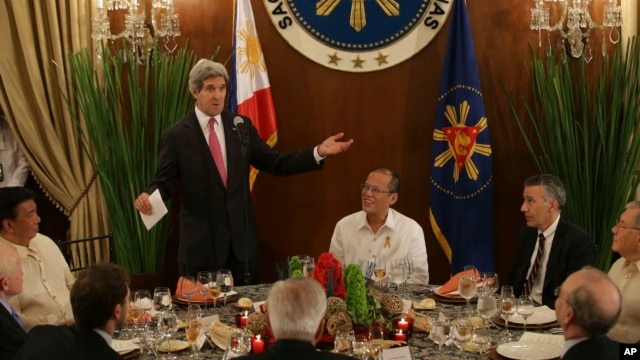 U.S. Secretary of State John Kerry, 2nd from left, gestures as he delivers a speech beside Philippine President Benigno Aquino III, center, before dinner at the Malacanang Presidential Palace in Manila, Philippines, Dec. 17, 2013.