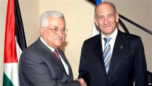 Former Israeli prime minister Ehud Olmert, right, shakes hands with Palestinian President Mahmoud Abbas, Jun 2 2008 (file photo)
