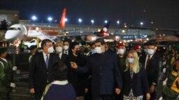 El ministro de Relaciones Exteriores de México, Marcelo Ebrard, conversa con el presidente venezolano Nicolás Maduro y primera dama Cilia Flores, en el aeropuerto internacional Benito Juárez, México, el pasado fin de semana.