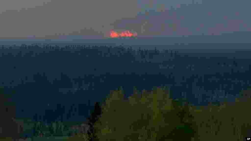La fumée dans le forêt de Fort McMurray, le 5 mai 2016.