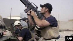 Dua pengawal keamanan swasta AS yang bekerja untuk perusahaan Blackwater saat bertugas di Irak (foto: dok).