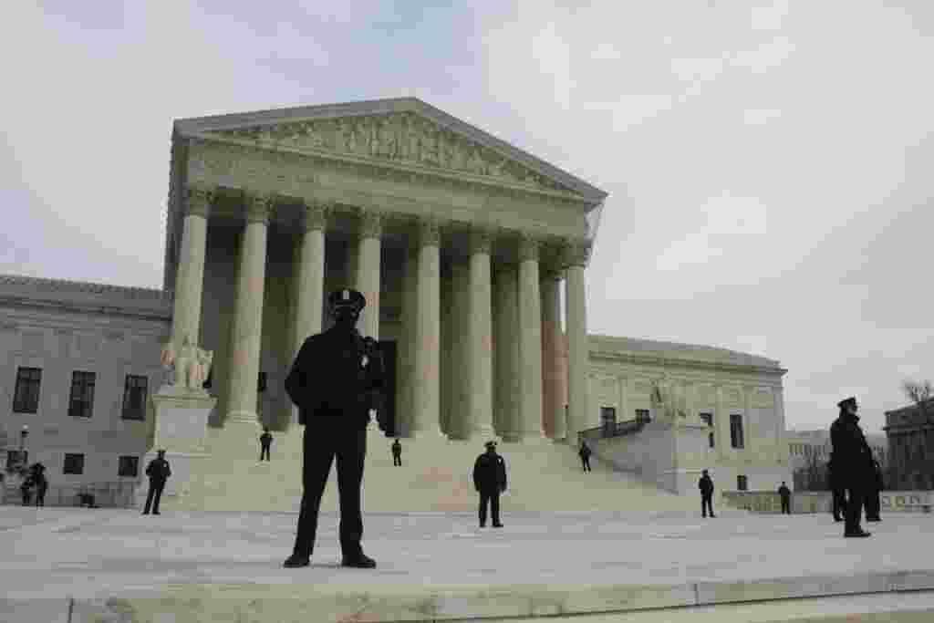 Durante la demostración, oficiales de la policía protegieron el edificio de la Corte Suprema de Justicia, con sus rostros cubiertos, probablemente por el intenso frío que hacía en la capital.
