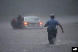 Pennsylvania eyaletinin Philadelphia kentinde bir polis memuru, aracıyla mahsur kalan bir sürücüye yardıma gidiyor.