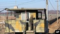 جنوبی کوریا کا سرحدی محافظ شمالی کوریا کی سرحد کے قریب ایک فوجی چوکی پر (فائل)